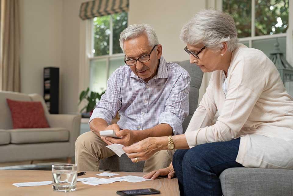 ביטוח סיעודי - זוג מבוגר עם ניירת ביטוחים