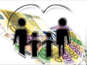הצלחה פיננסית - ציור של משפחה עם רקע של שטרות כסף